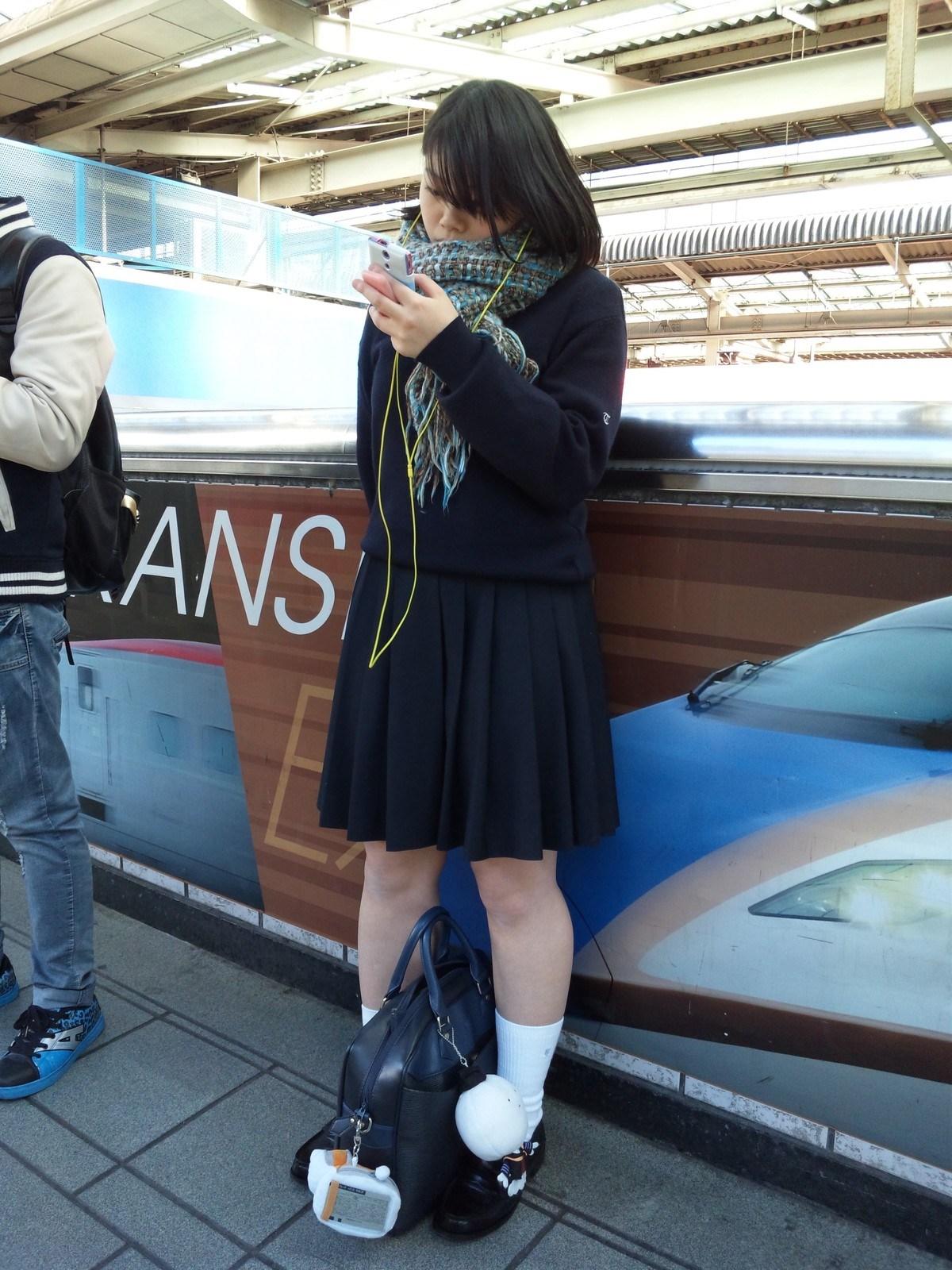 盗撮エロ画像電車乗り場で待ってる制服jk撮たったw 女体