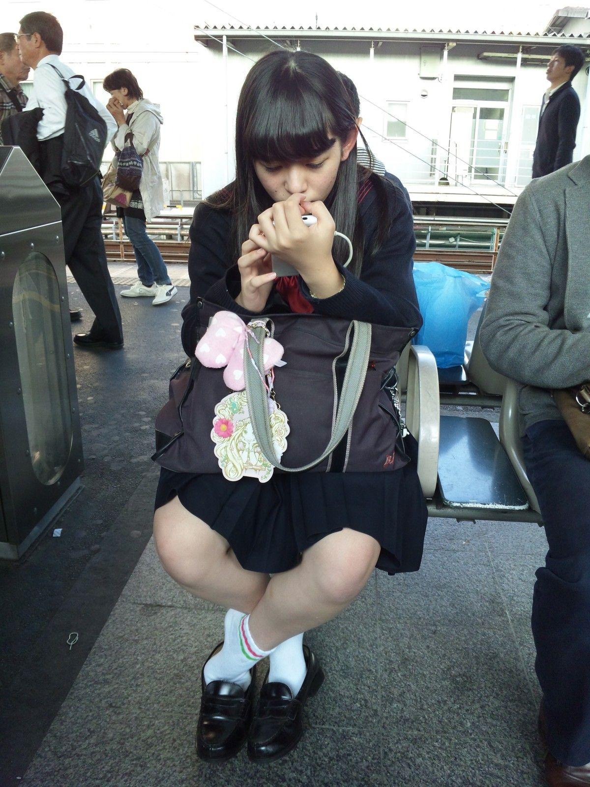 通勤電車でパンツを見せてくる女子高生が見つかる ->画像>16枚